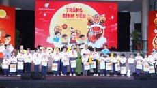 Deputy PM presents gifts to children ahead of Mid-Autumn Festival