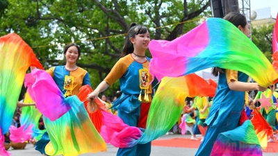 Pedestrian streets around Hoan Kiem lake bustle with youth dance festival