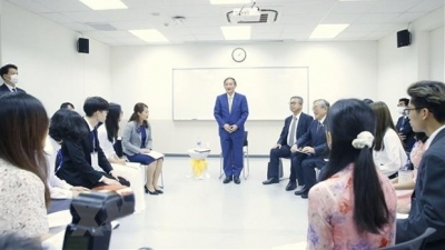 Japanese PM meets with students of Vietnam-Japan University