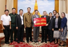 Vietnamese community supports Lao people to overcome flood consequences