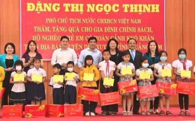 Vice President presents gifts to policy beneficiaries in Quang Nam