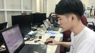 Third-year student becomes first Vietnamese to win Int'l Microelectronic Olympiad prize