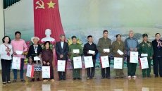 Politburo member Truong Thi Mai presents gifts to policy beneficiaries in Tuyen Quang