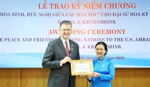 VUFO presents friendship insignia to US ambassador