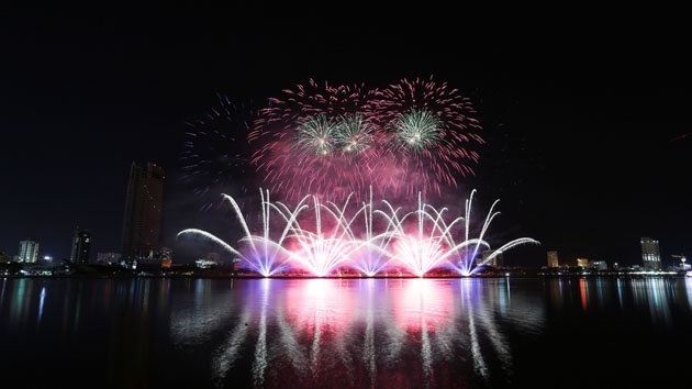 Da Nang firework festival delights audiences with sparkling colours