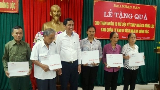 Nhan Dan Newspaper presents gifts to policy families in Ha Tinh